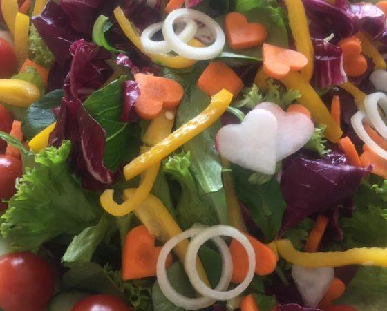 Beilagen – Blattsalate mit Karotten in Herzchenform