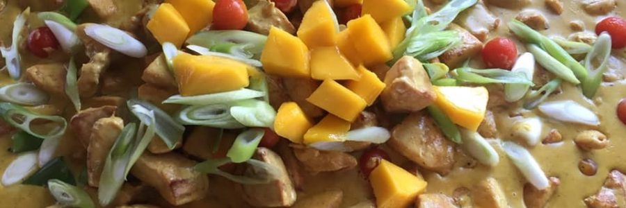 Hauptgang – Hähnchencurry mit Mango und Frühlingszwiebeln